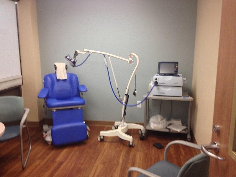Dispositivo de estimulación magnética transcraneal, utilizado en el manejo de esquizofrenia refractaria