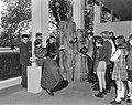 Beeldententoonstelling in Stedelijk Museum, een klas met rondleider bij houtplas, Bestanddeelnr 918-2685.jpg