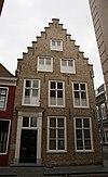 foto van Eenvoudig huis met gecemente lijstgevels op de hoek van de engelsestraat