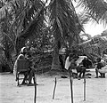 Bewoners van het boslandcreooldorp Wakibasoe. In het midden is een vrouw bezig m, Bestanddeelnr 252-5806.jpg