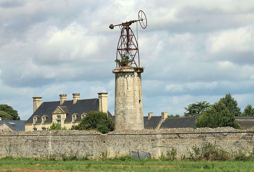 Tour moulin à vent avec pompe à eau du XIXe et façade sud du château de la Motte à Bretteville-l'Orgueilleuse (Calvados)