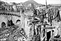 Bundesarchiv Bild 101I-310-0873-09A, Italien, deutsche Soldaten auf beschädigtem Bauwerk.jpg