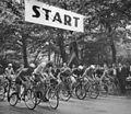 Bundesarchiv Bild 183-75236-0001, Leipzig, Straßenrennen der Junioren, Start.jpg