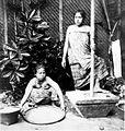 COLLECTIE TROPENMUSEUM Demonstratieportret van het stampen van rijst door Javaanse vrouwen TMnr 60022074.jpg