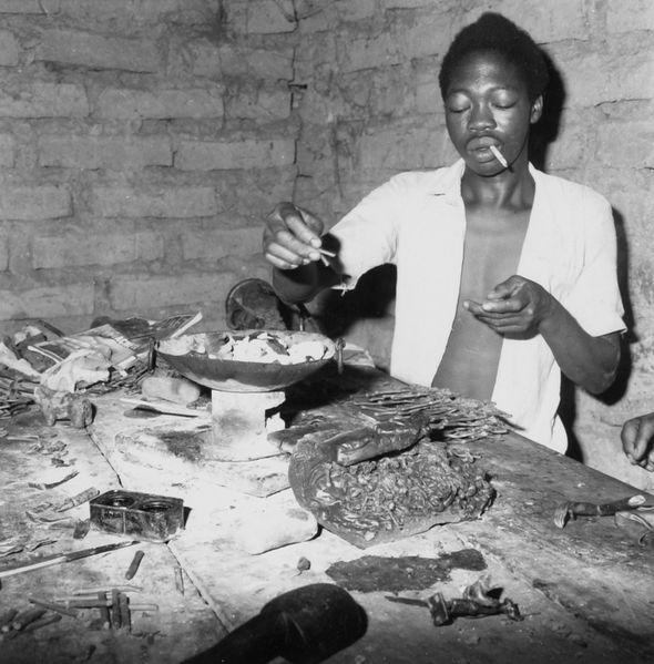 File:COLLECTIE TROPENMUSEUM Het maken van de wasmodellen in een bronsgieterij te Ouagadougou TMnr 20010658.jpg