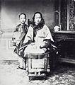 COLLECTIE TROPENMUSEUM Studioportret van een Chinese vrouw met haar dochter Nederlands-Indië TMnr 60040122.jpg