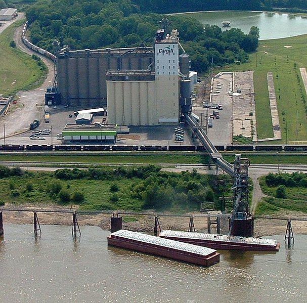 嘉吉公司位於密西西比河的穀倉和碼頭;圖片來源:Wiki/Kelly Martin攝