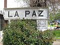 Cartel de la estación La Paz en hormigón con indicación de la altura sobre el nivel del mar..jpg