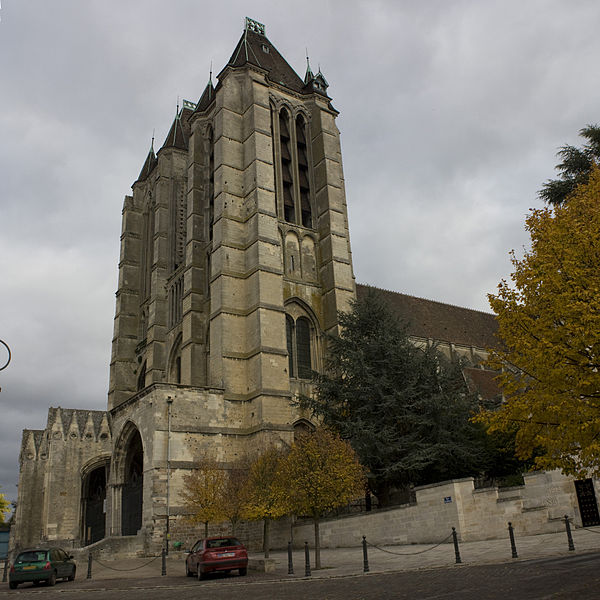 English:  The cathedral, seen from the street of the two boudaries.
