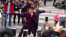 Arquivo: Piercing na bochecha em um ritual em Qionghai, Hainan, China.ogv