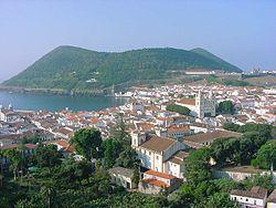 Cidade de Angra do Heroismo, ao Fundo o Monte Brasil.