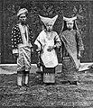 Collectie NMvWereldculturen, TM-60035144, Foto- 'Portret van vrouwen en man in adatkostuum', fotograaf onbekend, augustus 1931.jpg
