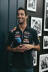 ett foto av Daniel Ricciardo som bär solglasögon