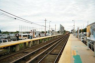 Deer Park (LIRR station) - Image: Deer Park Station Westbound Train Approaches