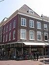 Pand, waarvan de benedenverdieping is samengetrokken tot winkel met de beganegrond van Choorstraat 3, en Hippolytusbuurt 28