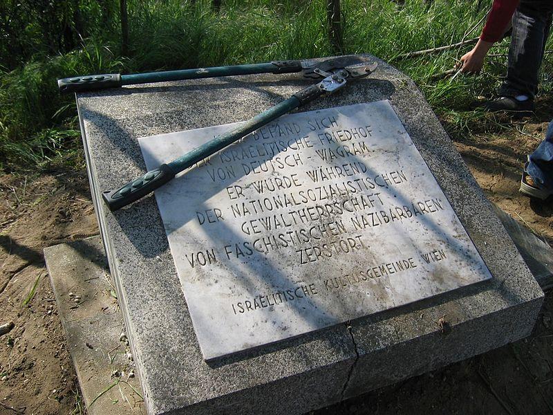 File:Deutsch Wagram Juedischer Friedhof Gedenkstein.jpg