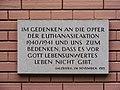 Doppler-Klinik Salzburg - Gedenktafel an der Kirche.jpg