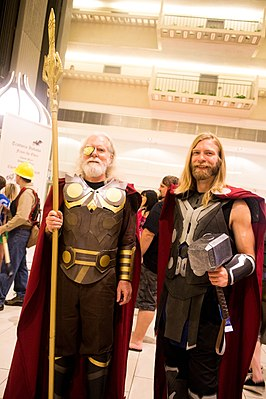 Cosplay Odin (links) en Thor tijdens Dragon Con 2013.