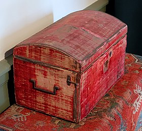 Dressing box, England, 1690-1710, oak, iron, wool velvet, with carpet, Turkey, 1690-1700, wool, cotton - Concord Museum - Concord, MA - DSC05687.JPG