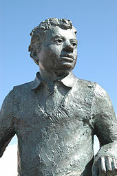 A close up of bronze statue of Thomas in the Maritime Quarter, Swansea.