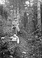 En man sitter på en pall i skogen - Nordiska Museet - NMA.0057198.jpg