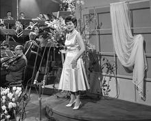 Foto van Lys Assia, de eerste winnaar van het Eurovisie Songfestival, die optrad tijdens het derde festival in 1958.