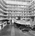 Exterieur, overzicht galerijen en uitrijweg binnen van het complex - Rotterdam - 20332810 - RCE.jpg