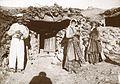 Familie utenfor sitt landsbyhus - PA 0699 U 38 047.jpg