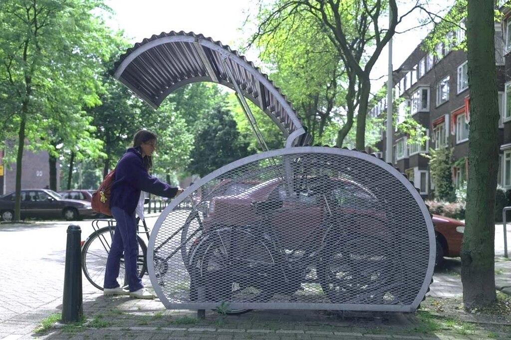 To tylko przykładowy zamykany parking na rowery. Foto Cx327 commons.wikimedia.org