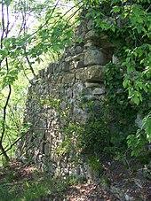 Un particolare dei resti della fortezza medievale presenti sul Monte Bastia