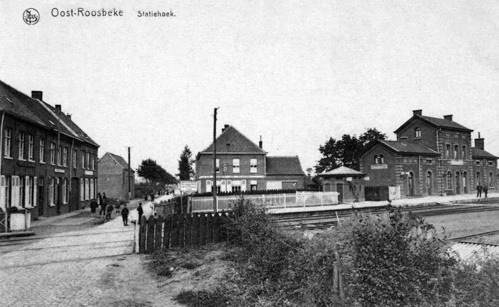 Vue de la gare d'Oostrozebeke et du passage à niveau, au début des années 1900.