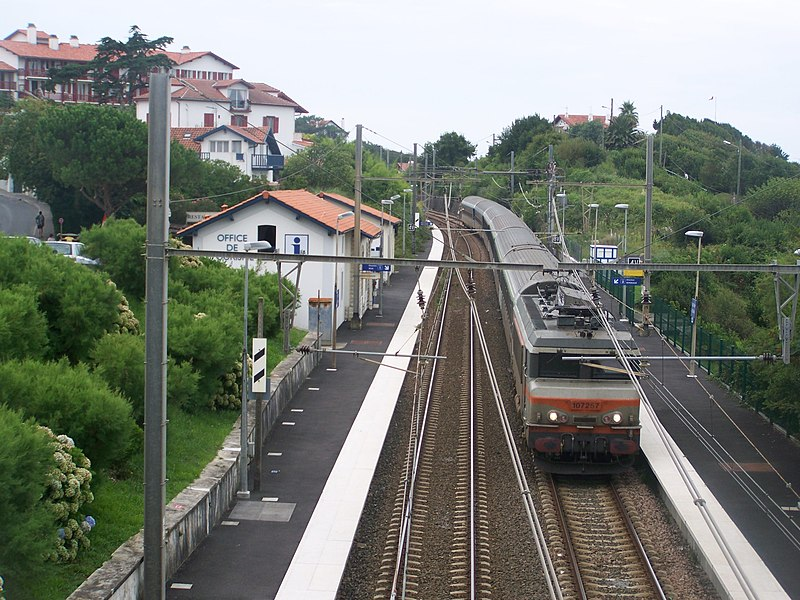 Night train from Irun (Spain) to Geneva (Switzerland) passing at Guethary station, in Pyrénées-Atlantiques.