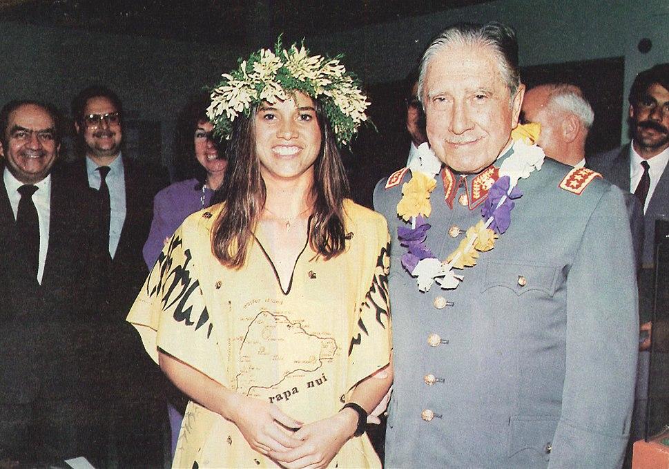 General Pinochet junto a una pascuense