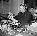 Gertie Wandel, presidente van een handenarbeidclub achter haar bureau, Bestanddeelnr 252-9002.jpg