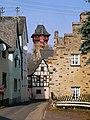 Gondorf, Blick über die Römerstraße zum Bergfried von Schloss Liebieg.jpg