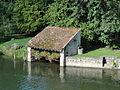 Grez-sur-Loing (77), lavoir sur le Loing près du pont.JPG