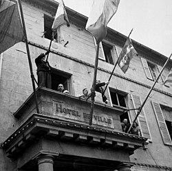 De Gaulle falando da varanda da Prefeitura de Cherbourg, 20 de agosto de 1944.jpg