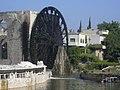 Hama, Norias (hölzerne Schöpfräder) schaufeln quietschend das Wasser aus dem Orontes in die Aquädukte (37989149554).jpg