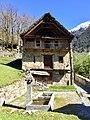 Haus mit Brunnen Cerentino Tessin.jpg