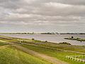 Het Lauwersmeer vanaf de zeedijk met op de achtergrond de Cleveringsluizen.jpg