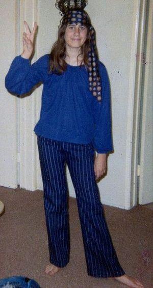 300px Hippie girl 1969 Como fazer uma fantasia fácil e simples em casa