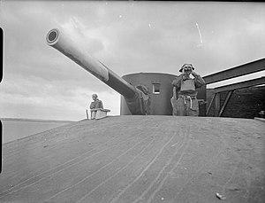 Horse Sand Fort - 6-inch Breech Loading (BL) gun on top of Horse Sand Fort, 1940 (IWM H 4618)