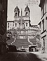 Italienischer Photograph um 1855 - Die Spanische Treppe und SS. Trinità dei Monti von der Via Condotti aus (Zeno Fotografie).jpg