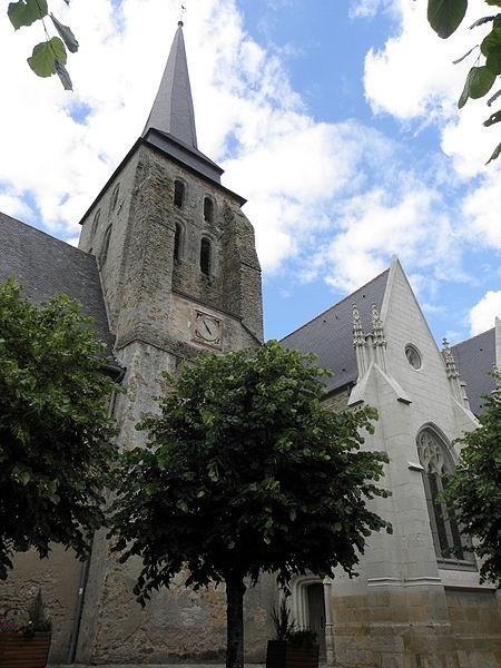 Clocher et chapelle seigneuriale de la collégiale Saint-Cyr et Sainte-Julitte de Jarzé (49).