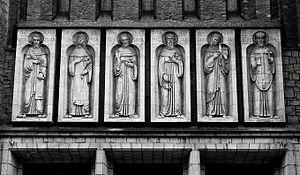 Figury �wi�tych na fasadzie Ko�cio�aoo Franciszkan�w pod wezwaniem �w. Antoniego w Ja�le