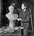 John K. Daniels modeling the bust of Edward F. Dunne, mayor of Chicago, 1906.jpg
