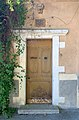 Jolie porte donnant sur le jardin de l'Archevéché (Embrun).jpg