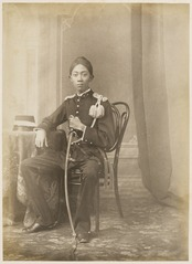 KITLV 10009 - Kassian Céphas - Javanese man in uniform, belonging to the family of Hamengkoe Buwono VII sultan of Yogyakarta - Around 1885.tif