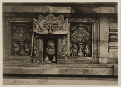 KITLV 40007 - Kassian Céphas - Relief with boddhi trees and gandharwa's on the Shiva Temple of Prambanan near Yogyakarta - 1889-1890.tif