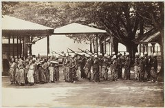 KITLV 40153 - Sem Céphas - Carriers of the ampilan, mainly consisting of ancestral heirlooms, the sultan of Yogyakarta supervised by male guards - Around 1895.tif
